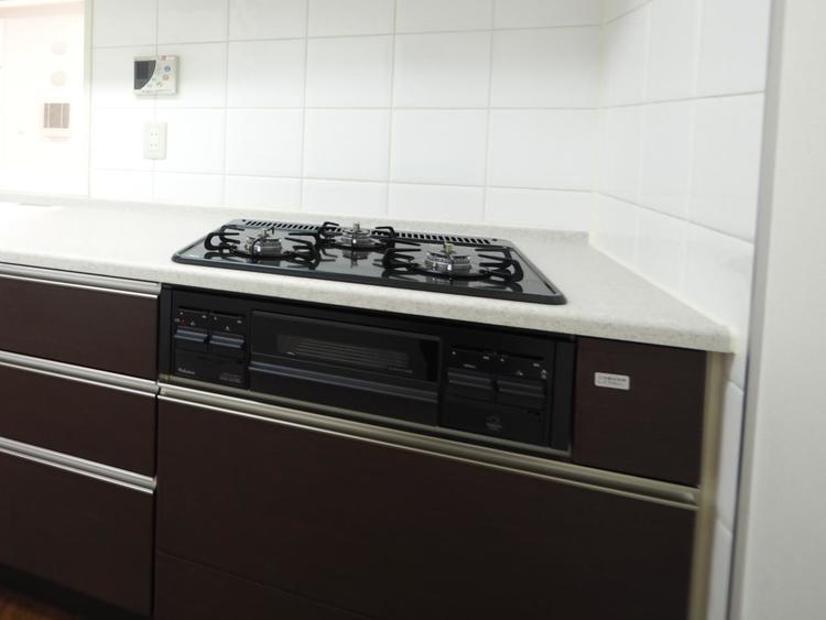 今の主流は三口ガスコンロ。お料理の同時進行で家事の効率アップできます。