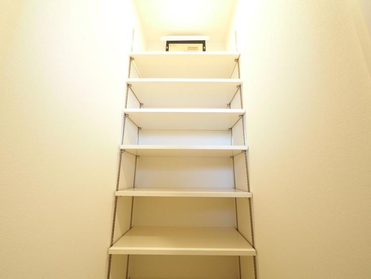 可動棚付きのシューズインクローゼットです。ご家族の靴をたくさん高さ別に収納できます。