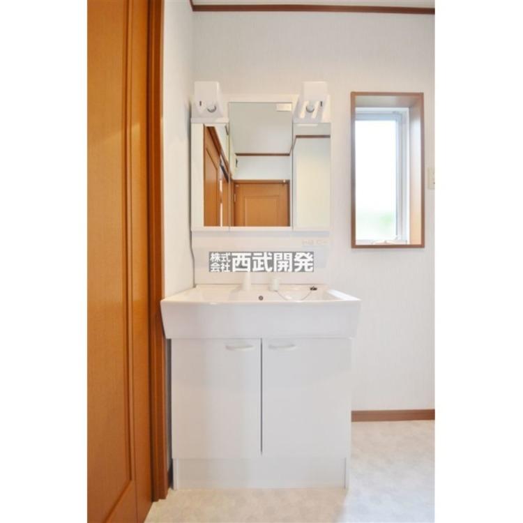 鏡の裏側が収納となっている三面鏡の洗面台は新規交換済み!収納部分に洗顔道具や歯ブラシなどをしまえるので洗面台をすっきりと出来ます!