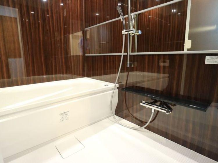 高級感のあるカラーで統一し、ゆったりお使い頂ける柔らかな曲線で構成された、半身浴も楽しめるバスタブが心地よさをもたらします。