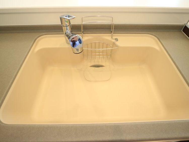 キレイなお水がいつでも、安心して飲める浄水器内蔵型水栓付き。