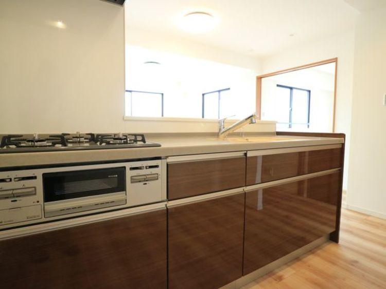 ゆったりと調理ができる位のスペースを実現したキッチン。収納スペース・作業スペースが広いシステムキッチンはうれしいポイントです。