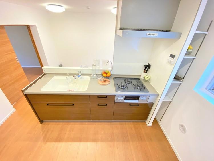 キッチンは収納が豊富で調理器具やお鍋もスッキリ片付きますね。