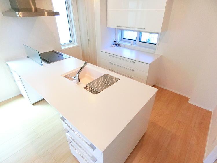 白を基調とした清潔感あふれるキッチンです。