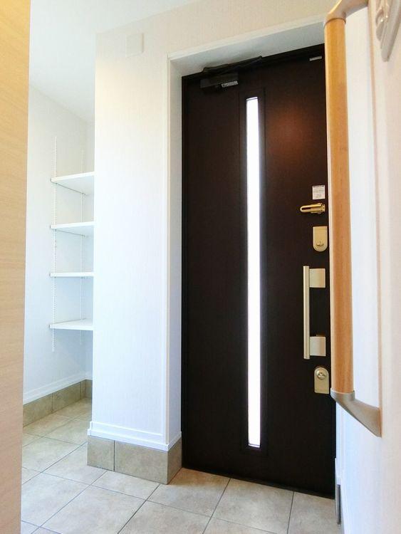 玄関です。可動棚付の収納がございます。