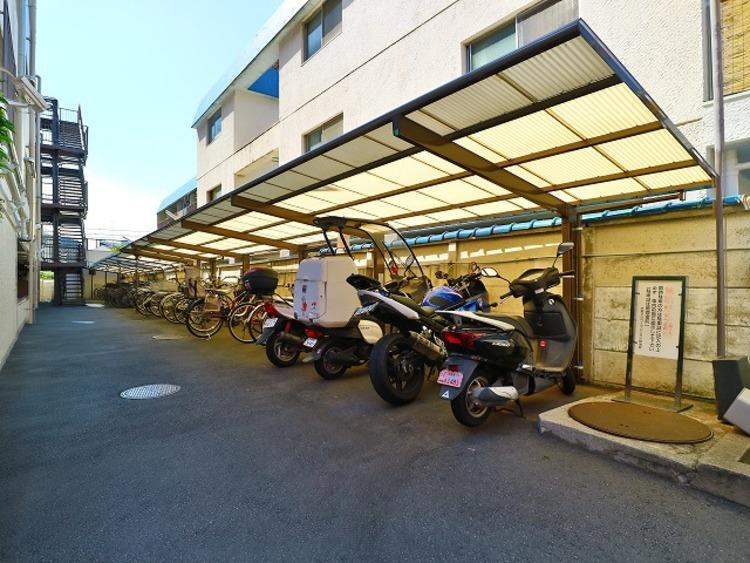敷地内駐輪場・バイク置場。