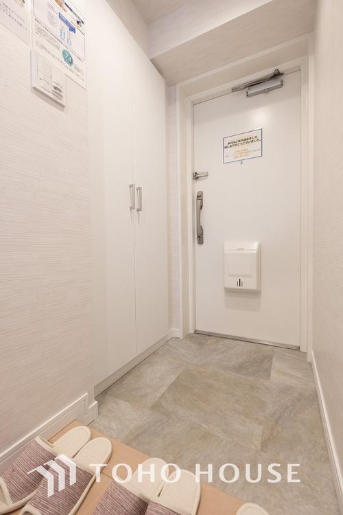 〜玄関〜 家の顔となる玄関は、格調高いデザイン性が求められます。玄関は、高級感と断熱性、防犯性に優れた玄関ドアを標準装備。