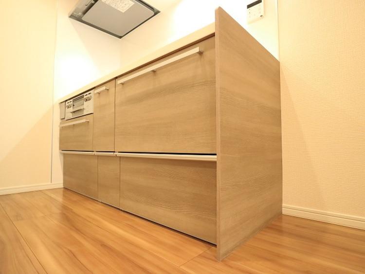 ウッド調を基調とした清潔感のあるキッチン。使い勝手の良い設備のキッチンで効率よくお料理ができます。
