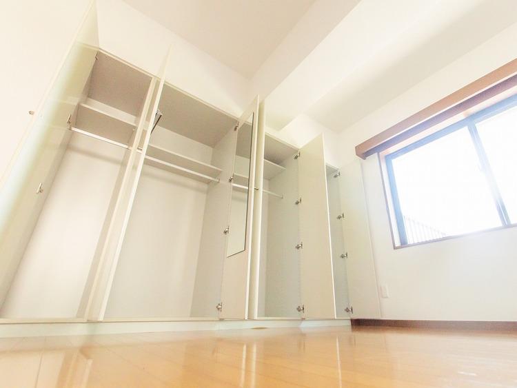 お部屋を快適にするアイデアが満載の収納空間。お洋服が多い方にはうれしい空間です。
