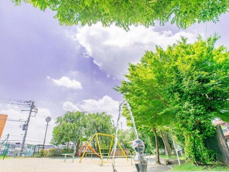 向ノ岡公園まで徒歩約1分(約59m)。小さなお子様のお散歩スポットになりそうな公園は空に手が届きそうな開放的な場所。座ってプチピクニックも楽しめそう。