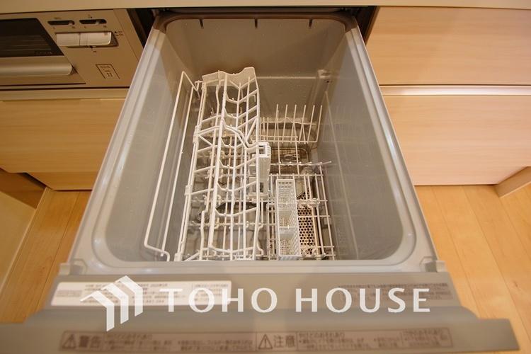 日々の家事の負担を軽減させる、食器洗浄機付きのキッチンです。光熱費も安くなり、一石二鳥ですね。