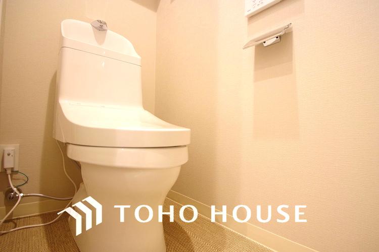 見た目もスッキリとしたデザインのトイレには温水洗浄暖房便座付き。毎日使う場所だから、より快適な空間に仕上げられています。