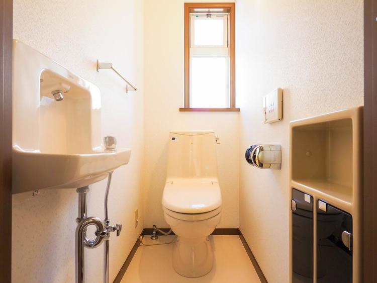 通気性の良いトイレとなっております。中はゆとりのある大きさを確保しておりますので、ゆったりとお使い頂けます。