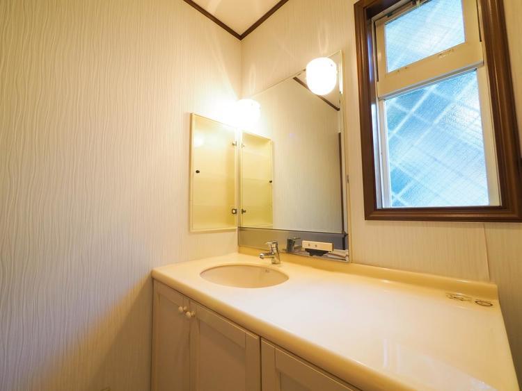 機能的でありながらシンプルなスタイルの洗面化粧台。収納が多数ありお手入れも簡単です。