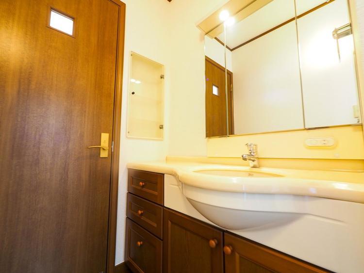 2階にも洗面台が配置されていますので、混み合わずに朝の身支度も快適スムーズに完了します。
