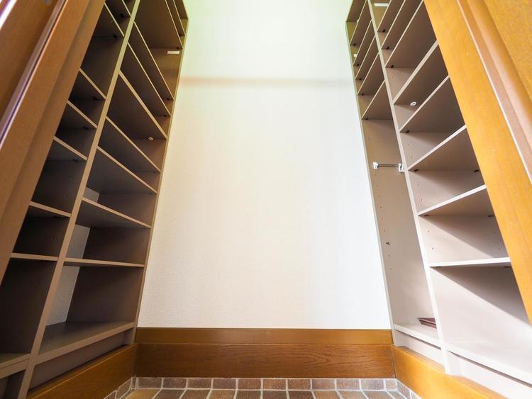玄関にある大きなシューズクローゼット。ご家族の靴はもちろんベビーカーやスポーツ用品なども収納できて便利。
