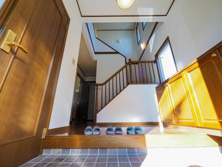 明るさ、開放感、清潔感を兼ね備えた玄関。お子様が駆け込んでくる様子が想像できます。