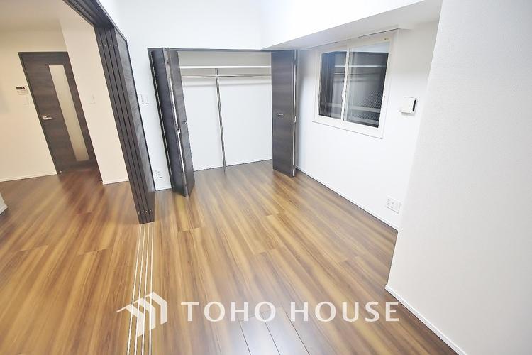 「リビング横居室」清潔感あるホワイトの壁紙クロスと温もり溢れるモダンカラーの床材が見事に調和した本邸宅。毎日の生活を少しでも快適に過ごして頂ける様、飽きの来ない雰囲気が大切です。