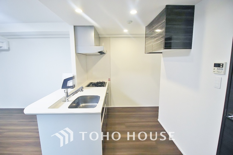 「戸棚付きキッチン」色調を合わせたキッチンは奥行もあり広く解放感あるスペースを確保しております。作り付けの棚もあり収納多く、新たに設置する必要もございません。