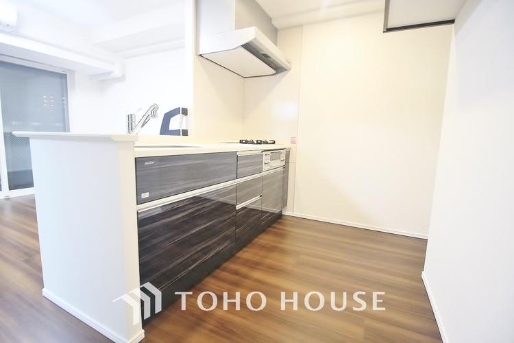 「落ち着いた印象のキッチン」作業スペースを多くとった対面キッチン。夫婦そろってキッチンに立っても調理がしやすくゆとりある広さ。