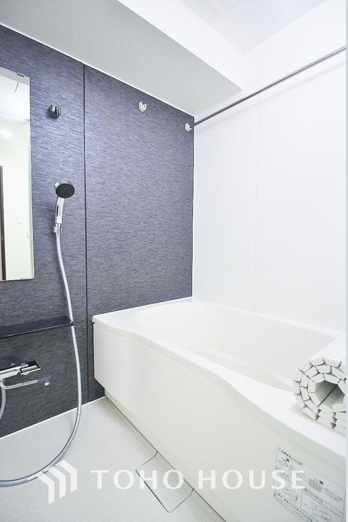 雨の日のお洗濯物干しに活躍する浴室乾燥機を新規設置。単身・共働き世帯の家事をスムーズにする心強いアイテムです。暖房機能も付いているので冬場のヒートショックを防ぐとして注目されています。