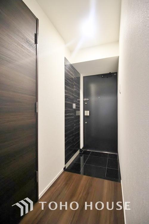 家の顔となる玄関は、格調高いデザイン性が求められます。玄関は、高級感と断熱性、防犯性に優れた玄関ドアを標準装備。
