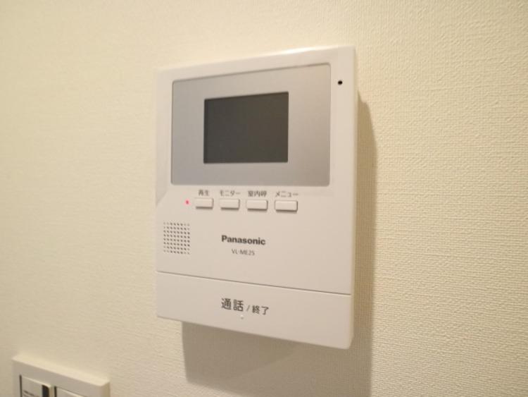 モニター画面で訪問者の顔を確認しながら会話ができる、不審者対策にも有効なインターホンです。