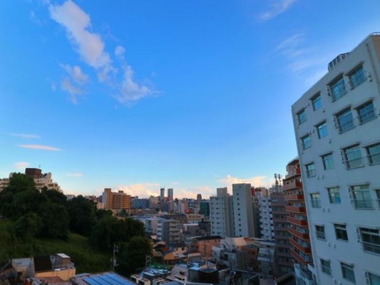 リビングに面したバルコニーからは、開放感ある最上階の眺望を楽しめます。
