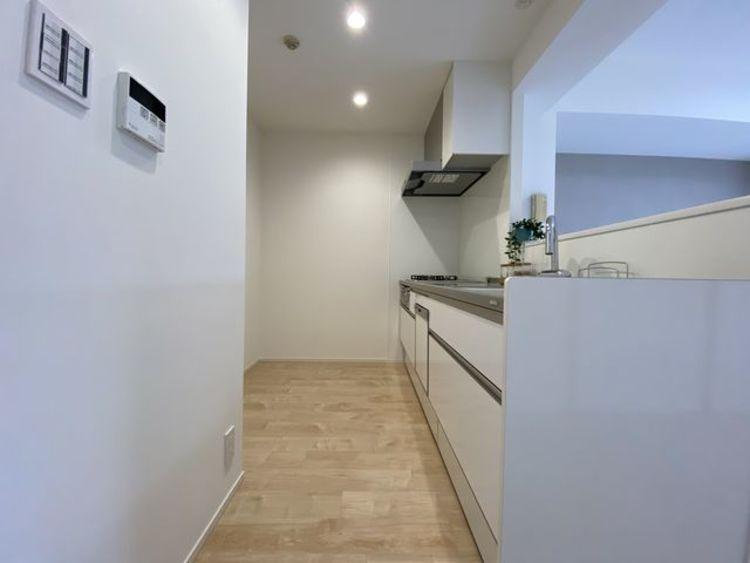 ゆったりと調理ができる位のスペースを実現したキッチン。引出し収納や足下収納などにより、収納量がアップしています。
