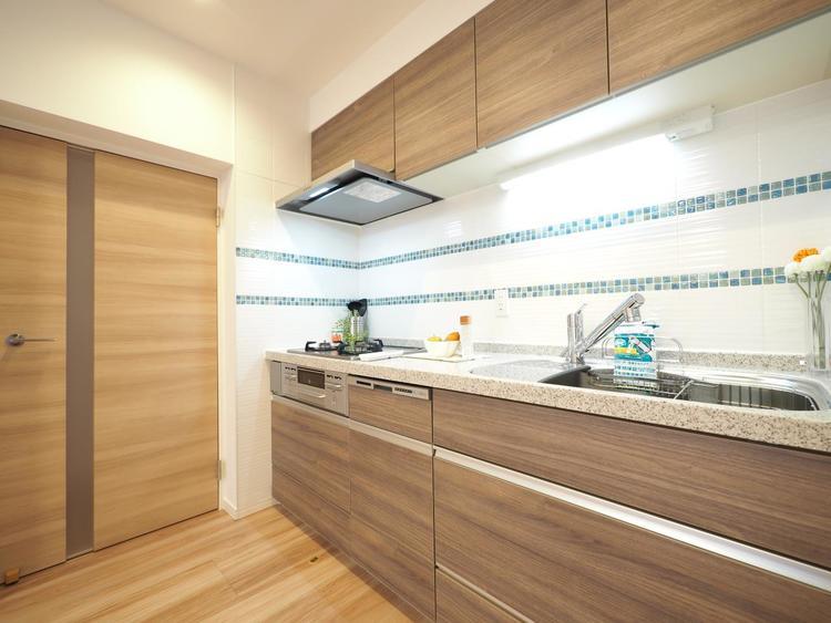 見た目が美しく、耐久性・耐熱性に優れ、お手入れが簡単なシステムキッチンに新規交換済みです。