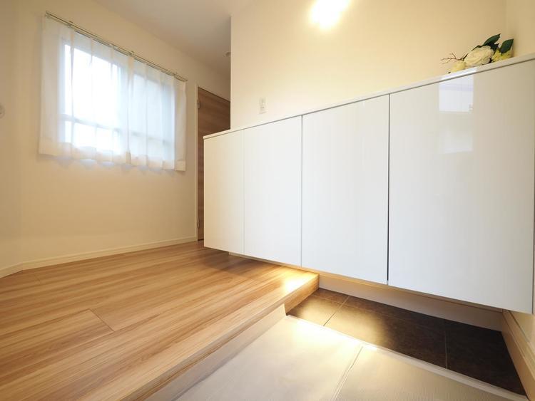 収納部分を多く採用し、スッキリとした広さを確保した玄関。ゲストを迎え入れても安心の空間です。