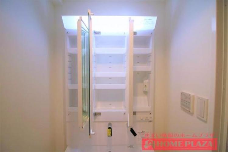 三面鏡の中も収納となっているので、洗面台をスッキリとお使い頂くことができます。