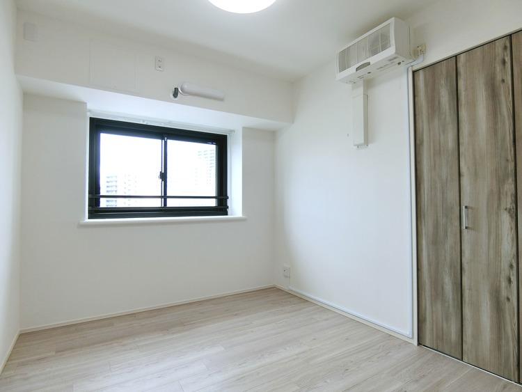 約5帖の洋室です。出窓付きです。