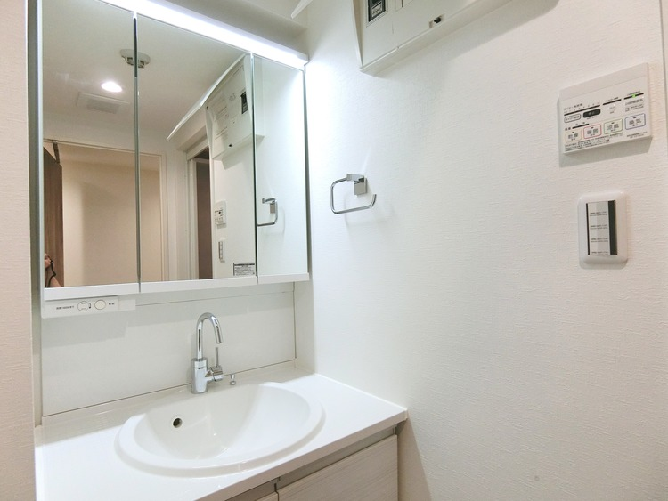3面鏡付きの洗面台。