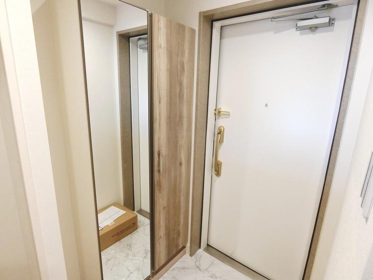 下足箱付の玄関です。姿見鏡も嬉しいですね。