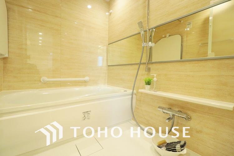 明るくも落ち着いた印象の浴室は一日の疲れを癒す特別な空間に