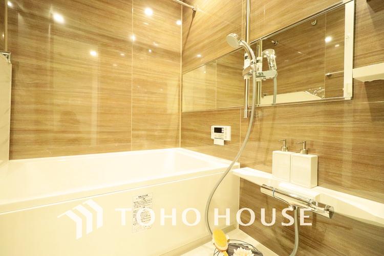追い焚き機能つきのゆったりバスルームでついつい長風呂