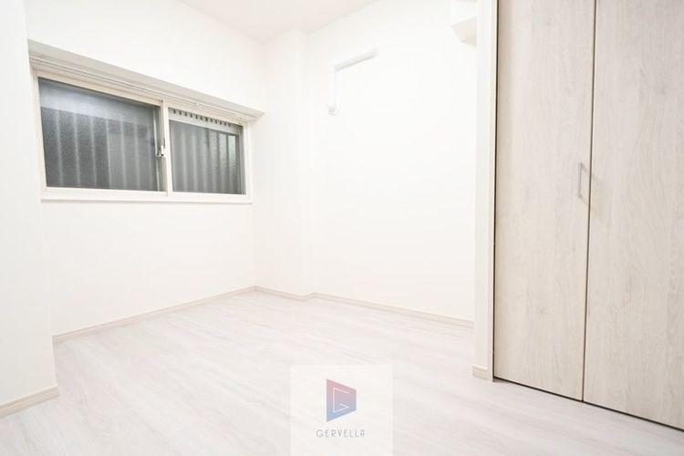 独立性を高めたお部屋。たっぷりの収納も配備しており、片付いた空間を現実出来そう。陽光も降り注ぐ明るく開放的な空間が魅力的。