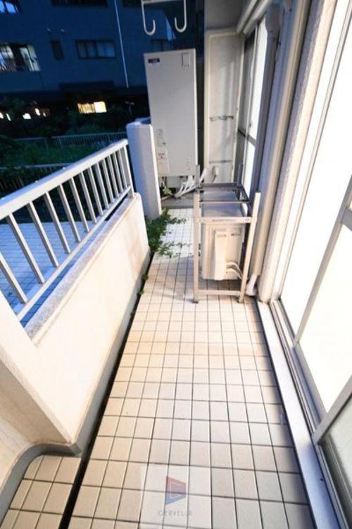 家族や仲間たちとゆっくり愉しむ空間がリビングならば、ふと一人で居室の外を眺めるときがあってもいい。そんな様々な生活の光景を演出してくれる空間がバルコニーといえます。