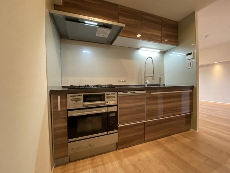 コンベックオーブンレンジや食洗機完備の使い勝手に優れたキッチン。手の込んだお料理も効率よく作れます。