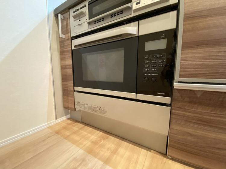 コンベックオーブンは予熱に時間がかからず、熱風によってすばやく調理を行うため、料理の時間を短縮できます。ビルトインタイプで省スペースにもなります。