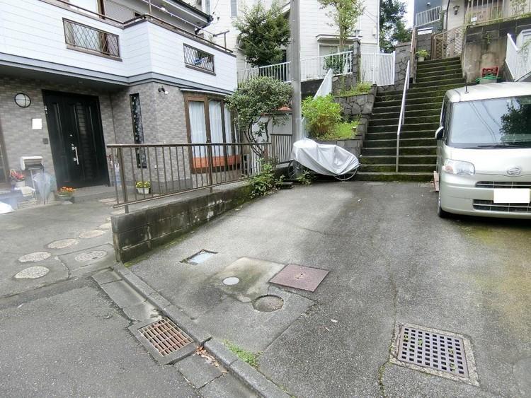 敷地内に駐車スペースございます。