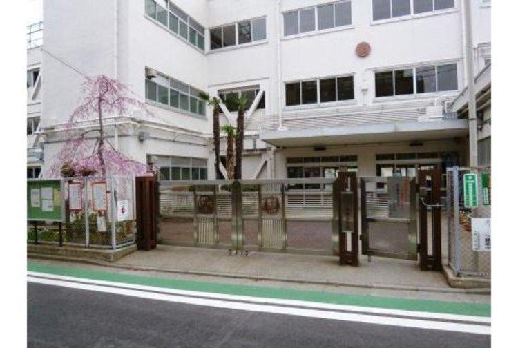 世田谷区駒繋小学校まで240m。次代を創造するために必要な資質・能力を身に付け、国家・社会の形成者として、高い志をもった児童を育成する。