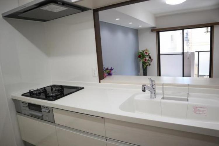 清潔感のある広々としたシンクです。スポンジや洗剤を置くスペースも用意されているので、片付いたシンクを実現できそうですね。