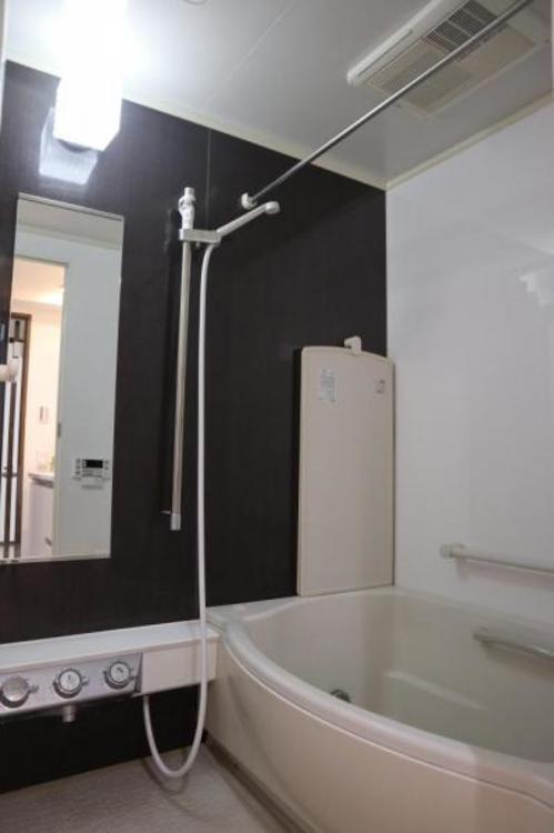 浴槽は跨ぎやすいよう配慮されており、シャワーヘッドの位置も変えられる、使い勝手の良い浴室です。