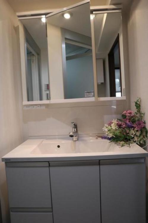 空間を効率的に利用し収納スペースを確保。一日の始まりと終わりを美しく演出します。
