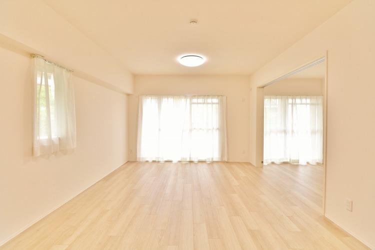 「角部屋ならではの住空間」通風・採光にも優れ、心地よい光と風があふれています。 贅沢といえるほどの豊かな居住性と、プライドを満たすクオリティが見事に調和した住空間。