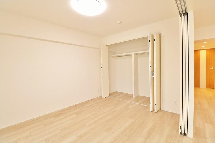 「収納のある居室」全ての居室に収納を完備しています。普段のお洋服やかさばる荷物を収納スペースに片付けその分居室をしっかりと有効活用していただけます。