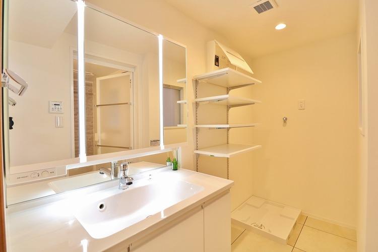 「リフォーム済・洗面所」すっきりとした印象にリフォーム済の洗面台は機能的で収納も豊富〜使い勝手良く朝の忙しい支度もスムーズに過ごせます。