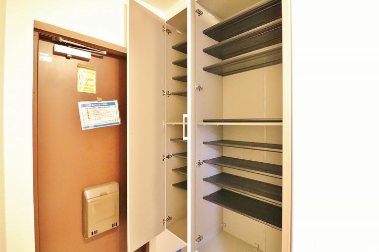 「シューズボックス」清潔感があり纏まった空間にして頂ける様にゆとりあるシューズボックスを設置しました。おでかけの時も帰った時も、「我が家」を最初に感じでもらえる素敵な空間に。